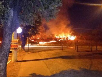 Vídeos mostram incêndio próximo a shopping; bombeiros no local (Crédito: Ilustrativa)
