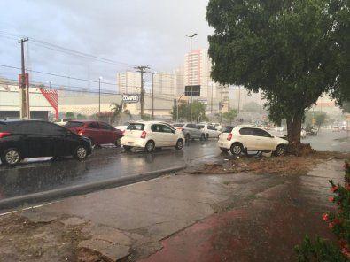 Engavetamento deixa trânsito lento na Miguel Sutil, em Cuiabá