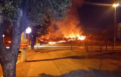 Vídeos mostram incêndio próximo a shopping; bombeiros no local