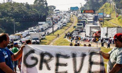 Com combustível em alta, caminhoneiros anunciam greve nacional
